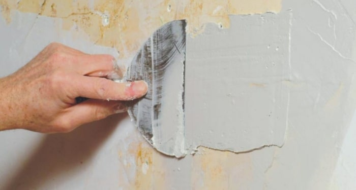 smoothing plaster on walls